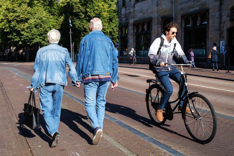Een oudere man en vrouw lopen hand in hand door Utrecht. Beeld Gerard Til, Hollandse Hoogte