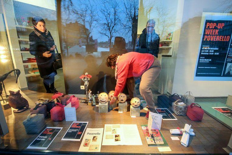 Peter Vanhuysse en Martine Decraene uit Wevelgem kochten een keramiekbeeldje voor het goede doel.