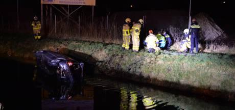 Viertal crasht met auto in ijskoud water naast A50 bij Apeldoorn
