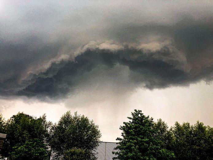 De indrukwekkende wolk boven Deventer waaruit de hagel viel.