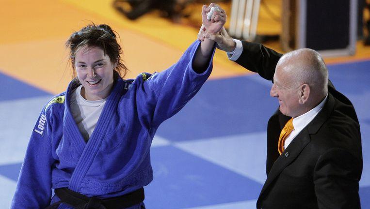 ''Ik ben echt wereldkampioen geworden he'', vroeg ze na het lopen van een lange ereronde aan haar vriendin en judoka Edith Bos. Foto ANP Beeld