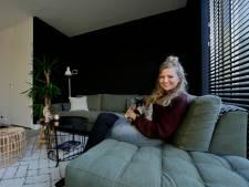 Jeanine en haar man hebben veel zwart en hout in huis: 'Het is wel heel gezellig geworden'
