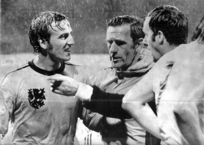Johan Neeskens heeft rood gekregen van scheidsrechter Clive Thomas (r). Bondscoach George Knobel komt tussen beiden.