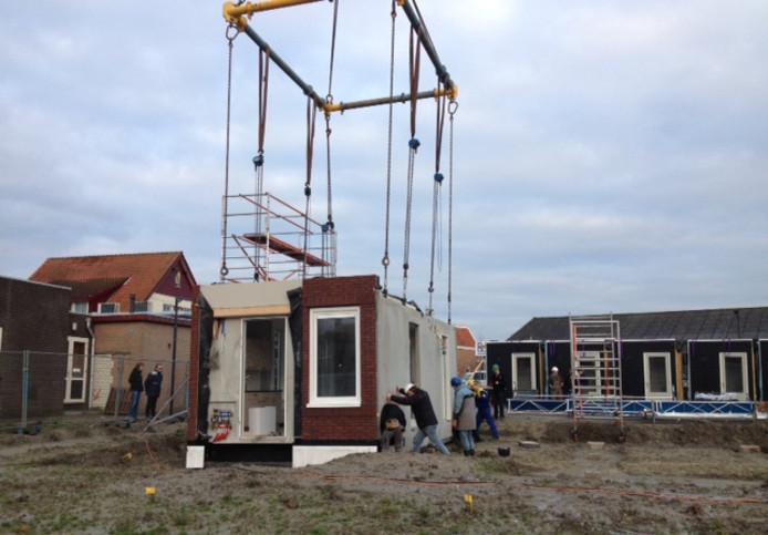 Het eerste element van het nieuwe huis wordt neergezet in Kwadendamme.