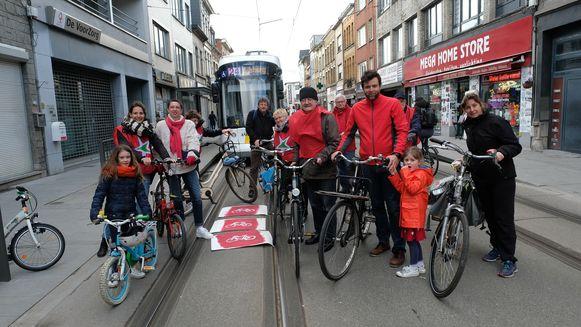PVDA eist meer veiligheid voor fietsers op de drukke Herentalsebaan. Ze lieten een tram even wachten.