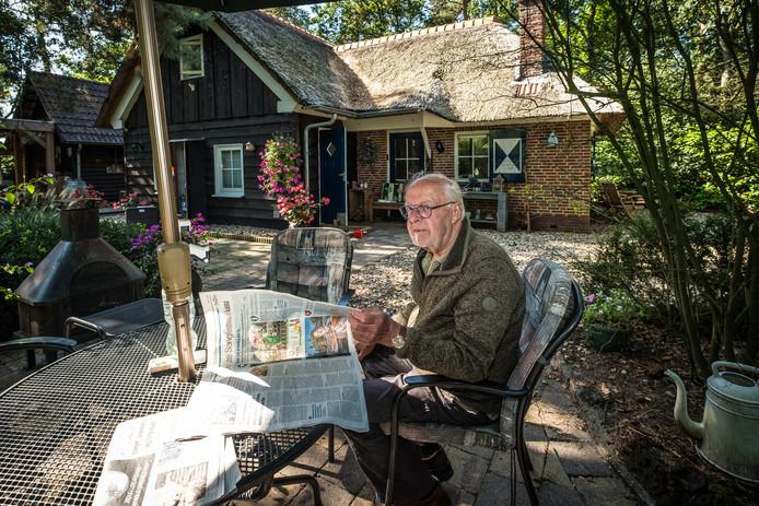 Hans van Leeuwen (77) op het terras van zijn woning op Recreatieterrein Mulligen in Oldebroek, waar hij nu defintief permanent mag wonen.