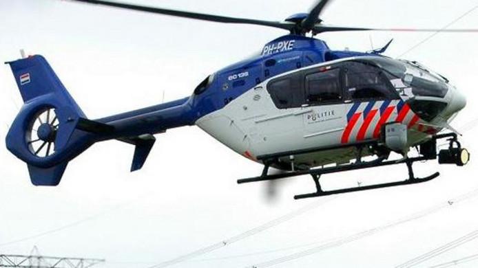De politiehelikopter volgde de gestolen wagen vanuit de lucht.
