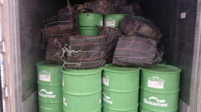 Tussen de vaten met fruitconcentraat trof de douane 50 balen aan met elk 20 pakketten cocaïne.