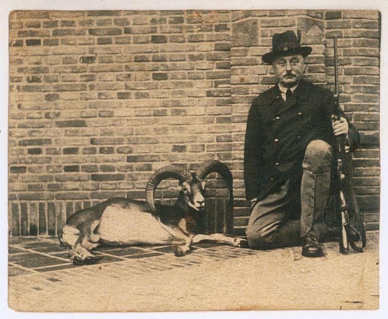 Anton Kröller met een door hem geschoten moeflon. Beeld Kröller-Müller Museum