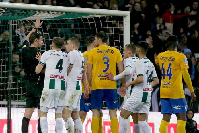 Spelers van FC Groningen beklagen zich bij arbiter Joey Kooij nadat een doelpunt van Ritsu Doan vanwege buitenspel is afgekeurd.