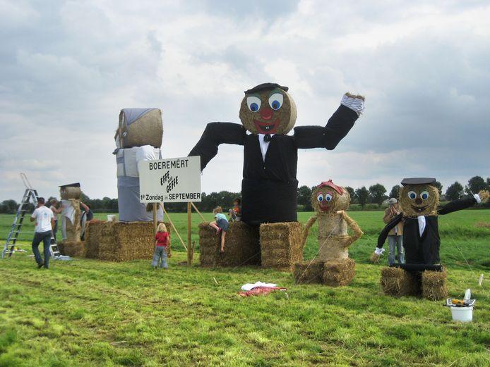De poppen van stro kondigen traditiegetrouw het evenement 'Effe Noar Geffe' aan.
