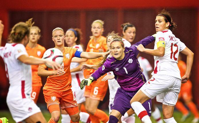 De Canadese keepster Erin McLeod (tweede rechts) loopt een nieuwe ontmoeting met Oranje op het WK mis.
