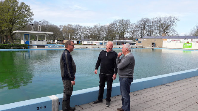Marco van de Beeten, Rob Spiegelenberg en Gerrit Beek bij het net gevulde grote bassin van het zwembad in Bennekom. Zwemmen kan pas over tien dagen.