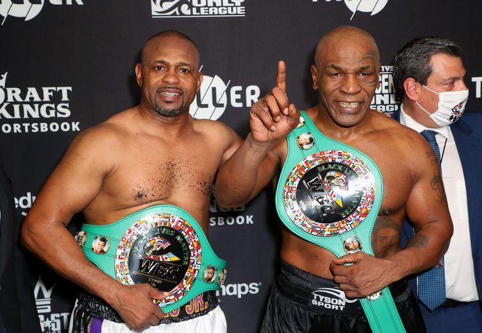 Roy Jones, Jr. (links) en Mike Tyson. zijn tevreden na de onbesliste partij.