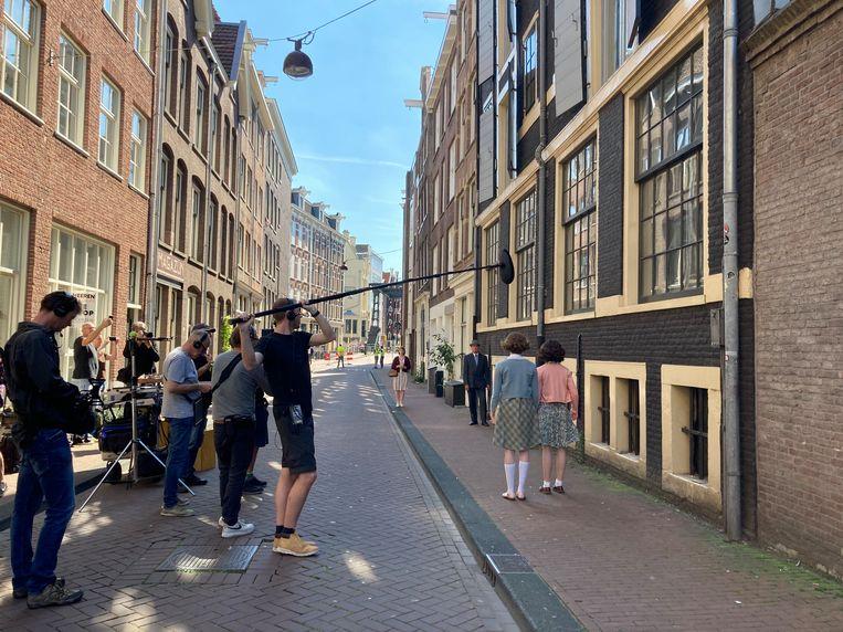 Aiko Beemsterboer en Josephine Arendsen als Anne en Hannah tijdens de opnames in de Peperstraat, Amsterdam.  Beeld Belinda van de Graaf