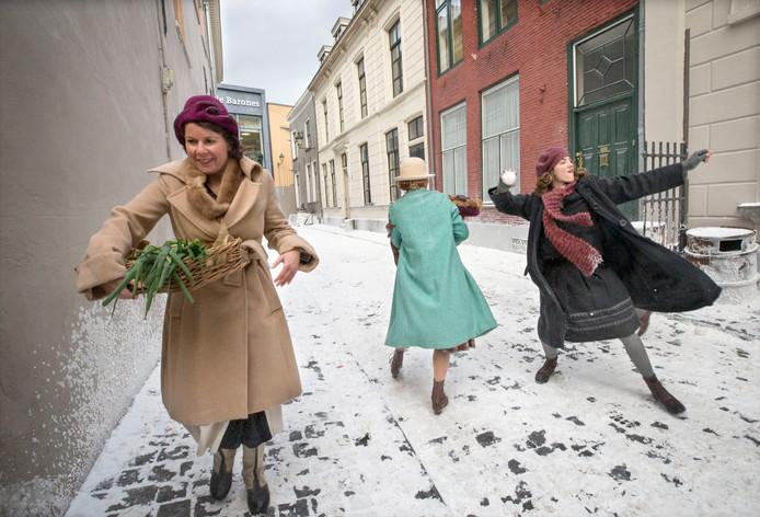 Sneeuw in de straten van Breda. Nepsneeuw. Voor de nieuwe film De Dirigent van regisseur Maria Peters werd de straat in winterse sferen gebracht. De hoofdrol wordt gespeeld door Christanne de Bruijn. Foto Pix4profs