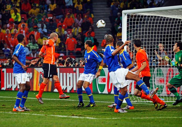 Wesley Sneijder kopt de 2-1 binnen.