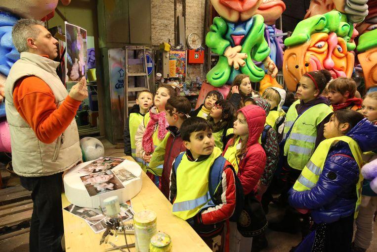 Kris Van Belle geeft het jonge volkje een woordje uitleg over carnaval en chaars.