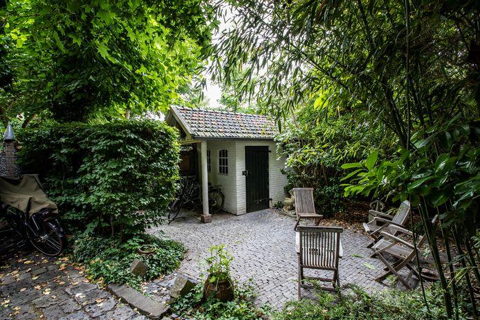 Het huidige 'moderne' tuinhuis van Huize De Worp wordt als het aan eigenaar Gerrit Komen vervangen door een theehuisje zoals die bij de bouw in 1928 op het erf stond. Daar heeft hij wel hulp van anderen voor nodig, want door de coronacrisis kan hij de 70.000 euro niet zelf ophoesten.