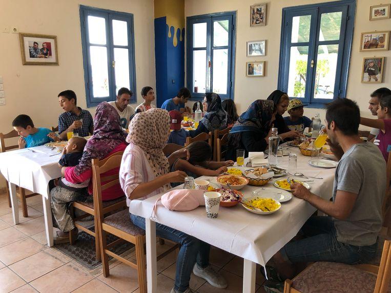 Restauranteigenaar Nikos Katsouris: 'We werken alleen nog maar voor vluchtelingen en draaien op donaties'. Beeld Thijs Kettenis