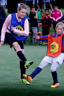 Jongeren organiseren Cruyff Courts-voetbaltoernooi voor kinderen