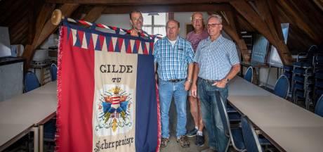 Gildebroeders Scherpenisse komen eens per jaar samen voor bier, kostuums en sterke verhalen