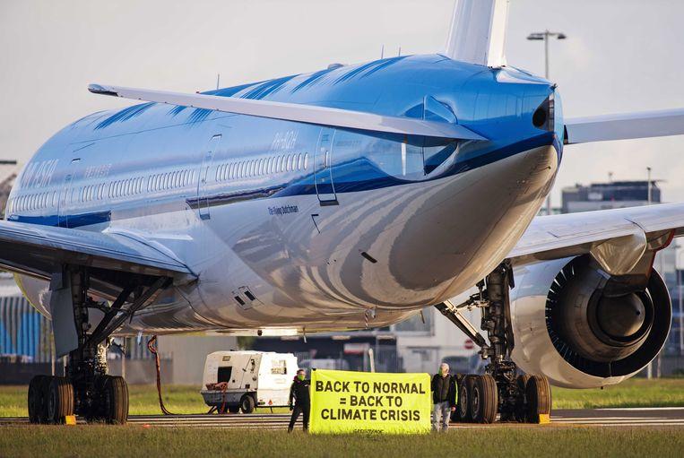 Greenpeace-activisten op de Maliebaan, eerder dit jaar. Ze roepen de overheid op tot beter klimaatbeleid. Beeld EPA