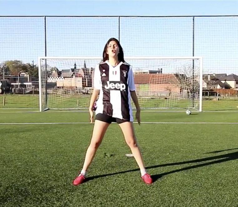 Céline heeft net een doelpunt gescoord in de stijl van Ronaldo.