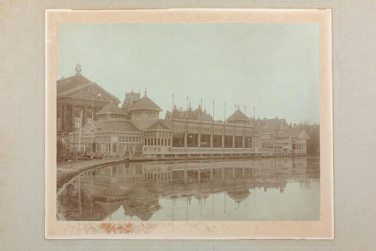 Het verenigingsgebouw van de in 1864 opgerichte Amsterdamsche IJsclub stond pal voor het Concertgebouw. De foto van de club en de ijsbaan dateert uit 1910. De vereniging huurde tussen 1887 en 1937 het terrein op het Museumplein. Het ging zo goed met de AIJC dat een clubgebouw en bestuursgebouw in de van Baerlestraat kon worden opgericht. De opening was 3 januari 1905. Het AIJC-archief heeft een omvang van zes meter en bevat verschillende zwart-witfoto's van ijstaferelen Beeld Bas Uterwijk