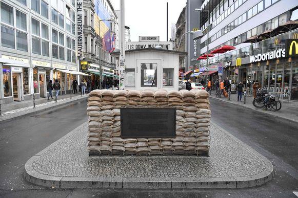 Checkpoint Charlie is een voormalige controlepost op de grens tussen Oost- en West-Berlijn.