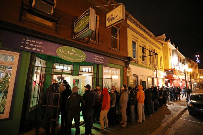 Mensen staan in de rij van coffeeshop Natural Vibe nadat marijuana voor recreatief gebruik legaal werd in St John's, Newfoundland en Labrador, in Canada.