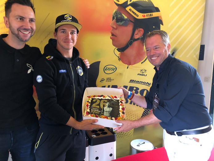 Taart voor jarige Dylan Groenewegen bij de start van ZLM Tour-etappe Etten-Leur - Buchten