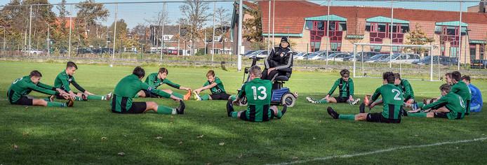 Rob Daalder bij zijn favoriete voetbalteam Texel '94 JO17-1. Sommige jongens traint hij al meer dan tien jaar, maar de gang naar het veld wordt steeds moeilijker.