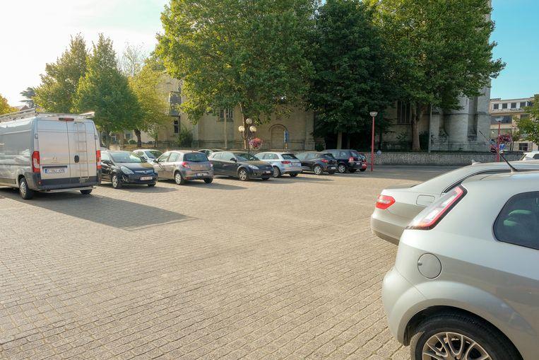 Het Dorpsplein in Machelen staat bijna voortdurend vol met wagens.