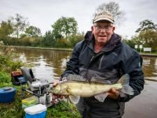 Martin (69) uit Steenwijk ziet vissen als ultieme afleiding in coronatijd, net als duizenden anderen: 'Maar wedstrijdspanning is weg'