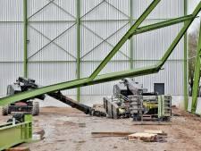 Ernstig bedrijfsongeval in Tilburg, bouwconstructie stort in op hoogwerker