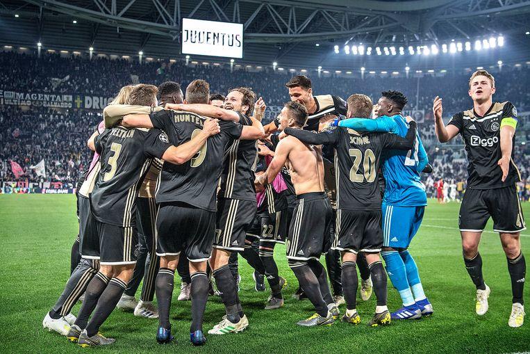 Ajax viert de knappe overwinning op Juventus. Beeld Guus Dubbelman
