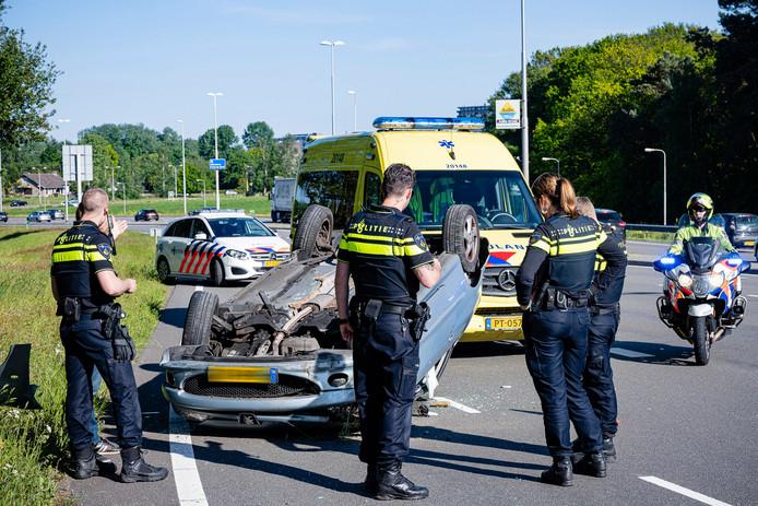 Auto slaat over de kop in Tilburg