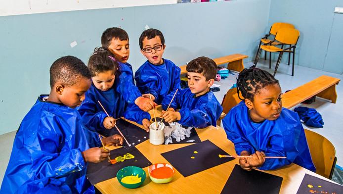 Schilderles voor de kleuters tijdens de naschoolse opvang: dankzij de kunstenaars die atelierruimte huren komen kinderen van de Toermalijn er weer aan toe.
