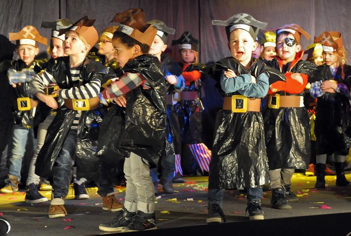 De kleuters uit Groede waren te gast in Nieuwvliet. Ze voerden een piratenact uit.