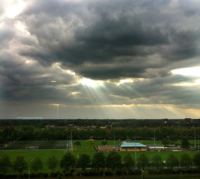 Zonnestralen boven West-Brabant vanaf het Trivium in Etten-Leur Foto Ralph van Wolffelaar