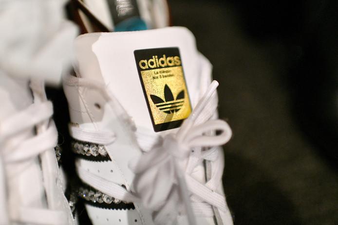 Een detail van een Adidas schoen.