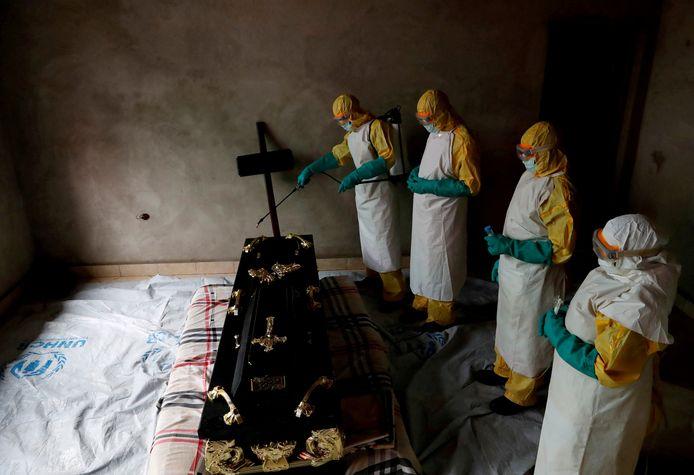Ebola is een uiterst besmettelijke ziekte die koorts veroorzaakt en in vele gevallen leidt tot interne bloedingen en de dood.