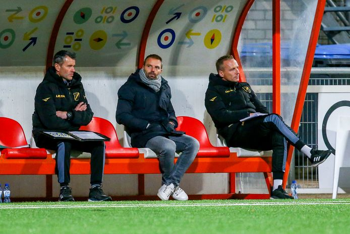 In het midden trainer Maurice Steijn met links van hem Hans Visser en rechts Edwin de Graaf.