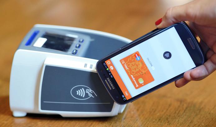 Steeds meer consumenten betalen met hun smartphone.