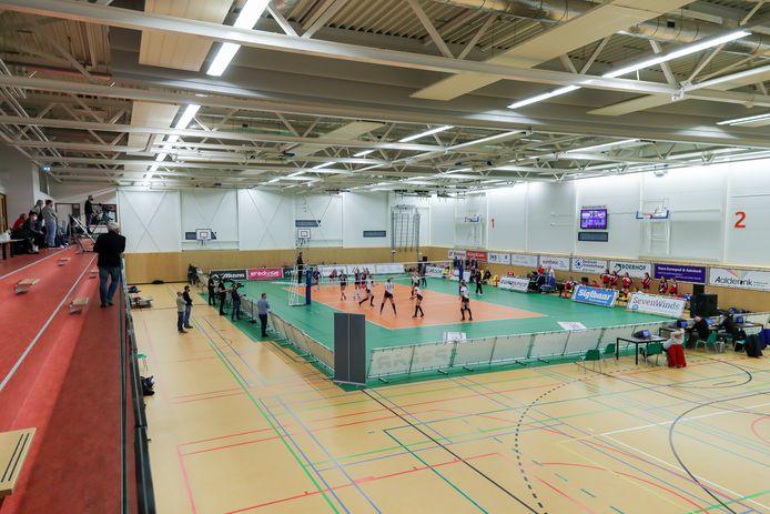De veilige en groene volleybalbubbel, in een vrijwel lege sporthal in Vroomshoop.