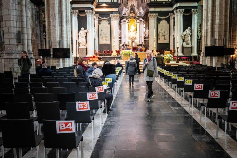 Genummerde zitplaatsen voor de genodigden.