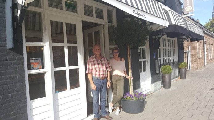 Hans en Annelieke Hanegraaf voorcafetaria 't Markkantje in Terheijden.