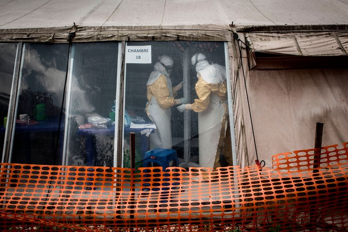 Hulpverleners in een behandelcentrum voor ebola-patiënten in Butembo.