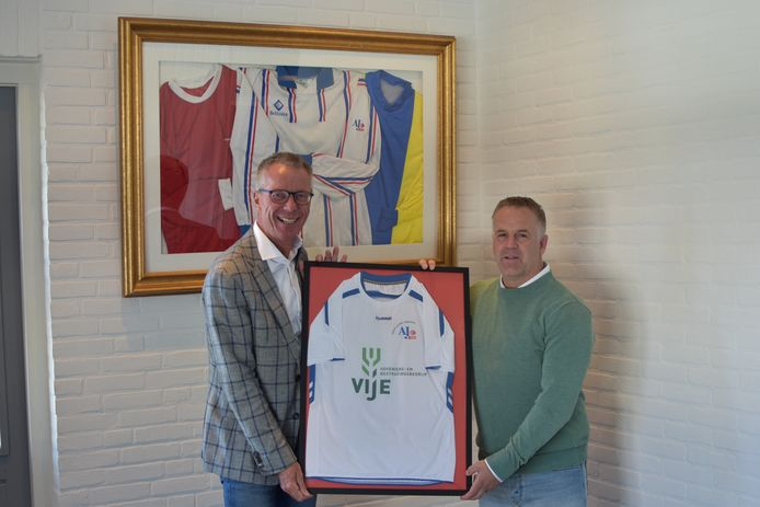 Voorzitter Robert de Vries links, en Frank Vije met het nieuwe shirt van AJC'96